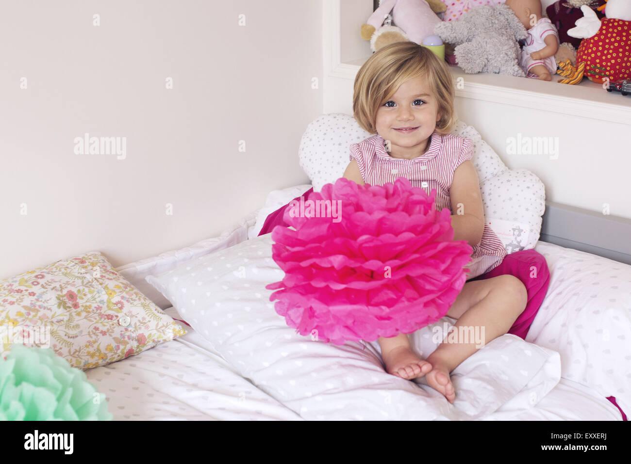 Bambina nella sua camera da letto Immagini Stock