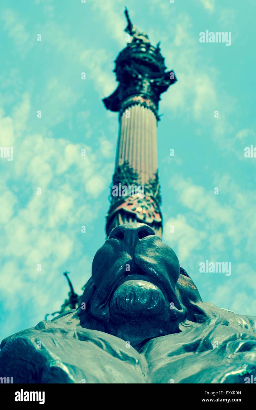 Una vista del monumento di Colombo a Barcellona, Spagna, visto dal di sotto, con un effetto retrò Immagini Stock