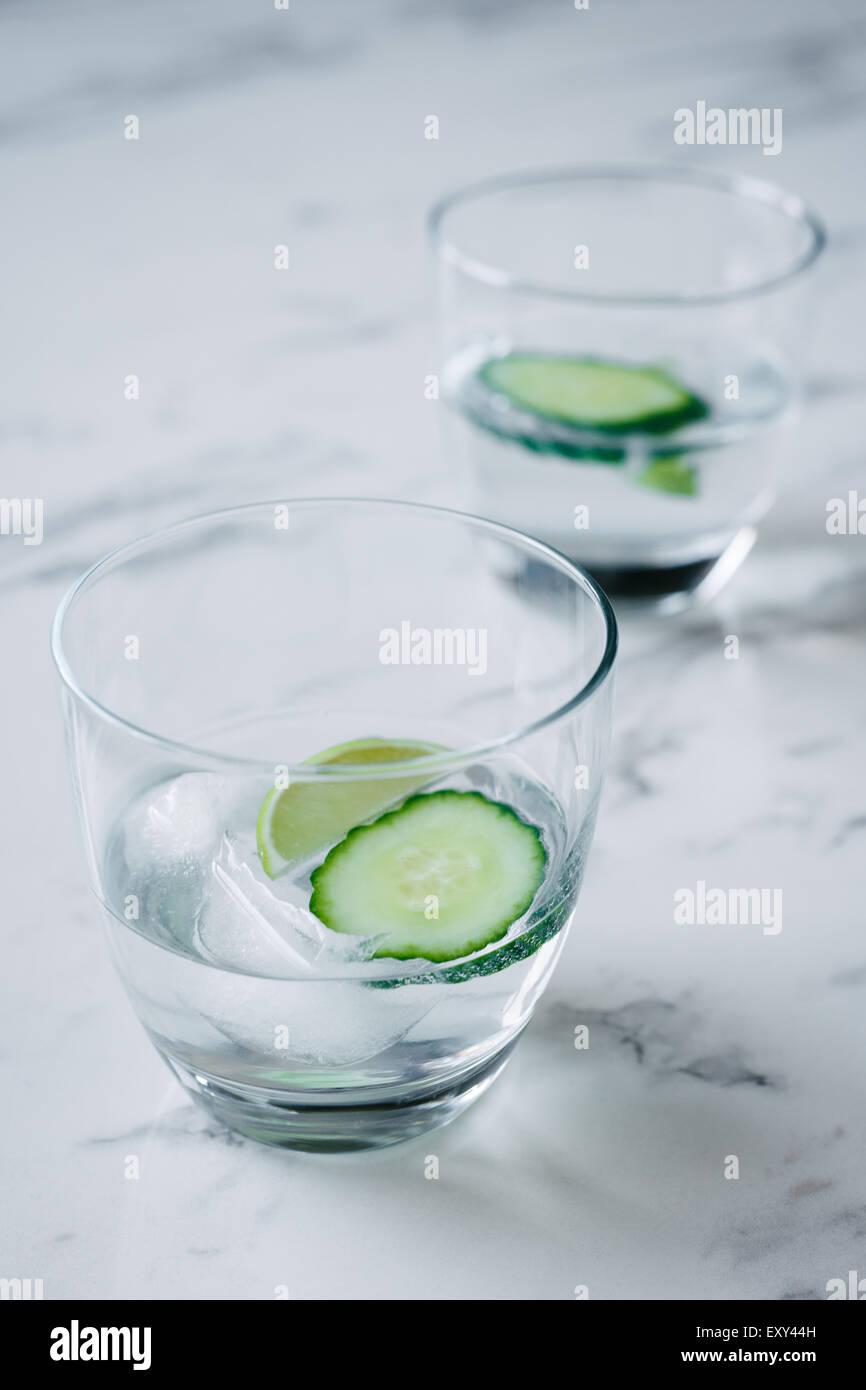 Gin Tonic con calce e il cetriolo Immagini Stock