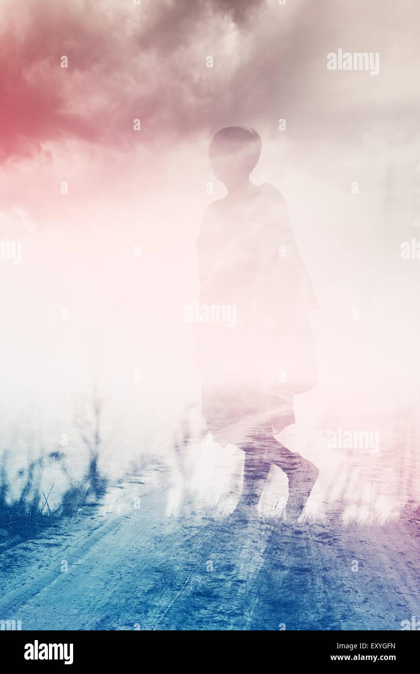 Donna che cammina attraverso la campagna, ansia concetto, doppia esposizione, composizione astratta Immagini Stock
