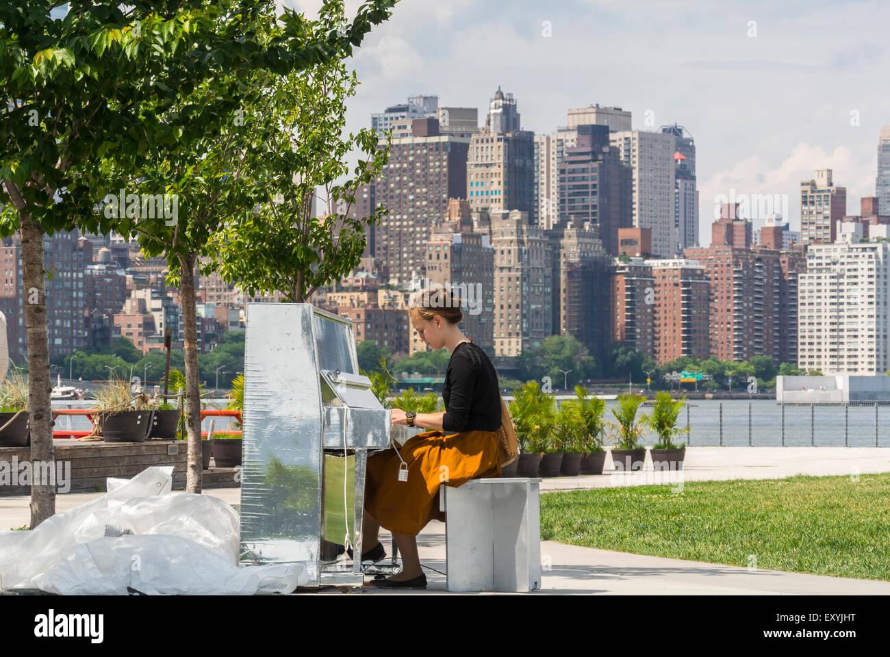 New York City, NY, STATI UNITI D'AMERICA, ragazza ebrea suonando piano su il cacciatore punto, South Park, Long Immagini Stock