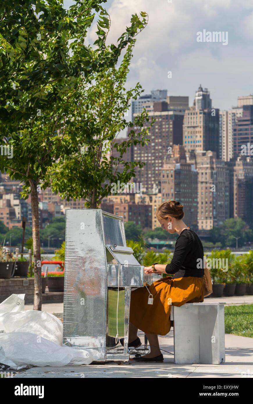 New York City, NY, STATI UNITI D'AMERICA, ragazza ebrea suonando piano sulla banca del fiume del cacciatore Immagini Stock