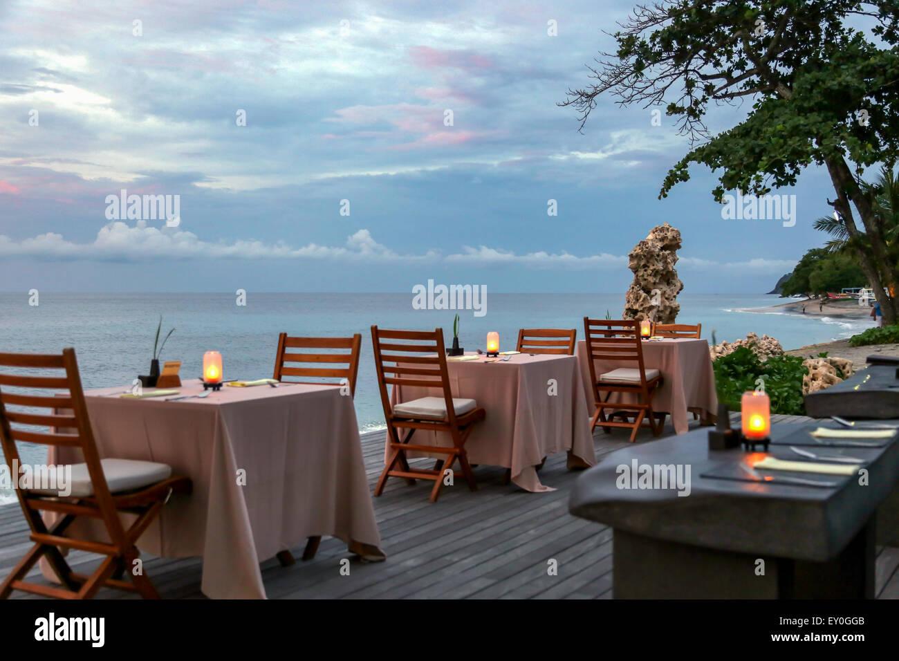 Quattro tavole di ristorante su pavimento di legno accanto