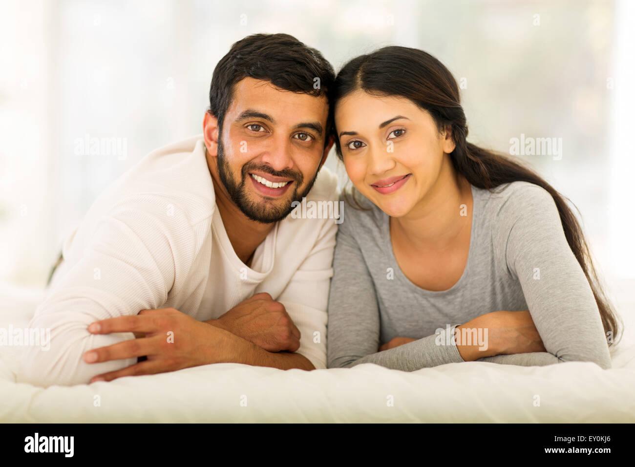 Bella giovani indiani coppia sposata giacente sul letto Immagini Stock