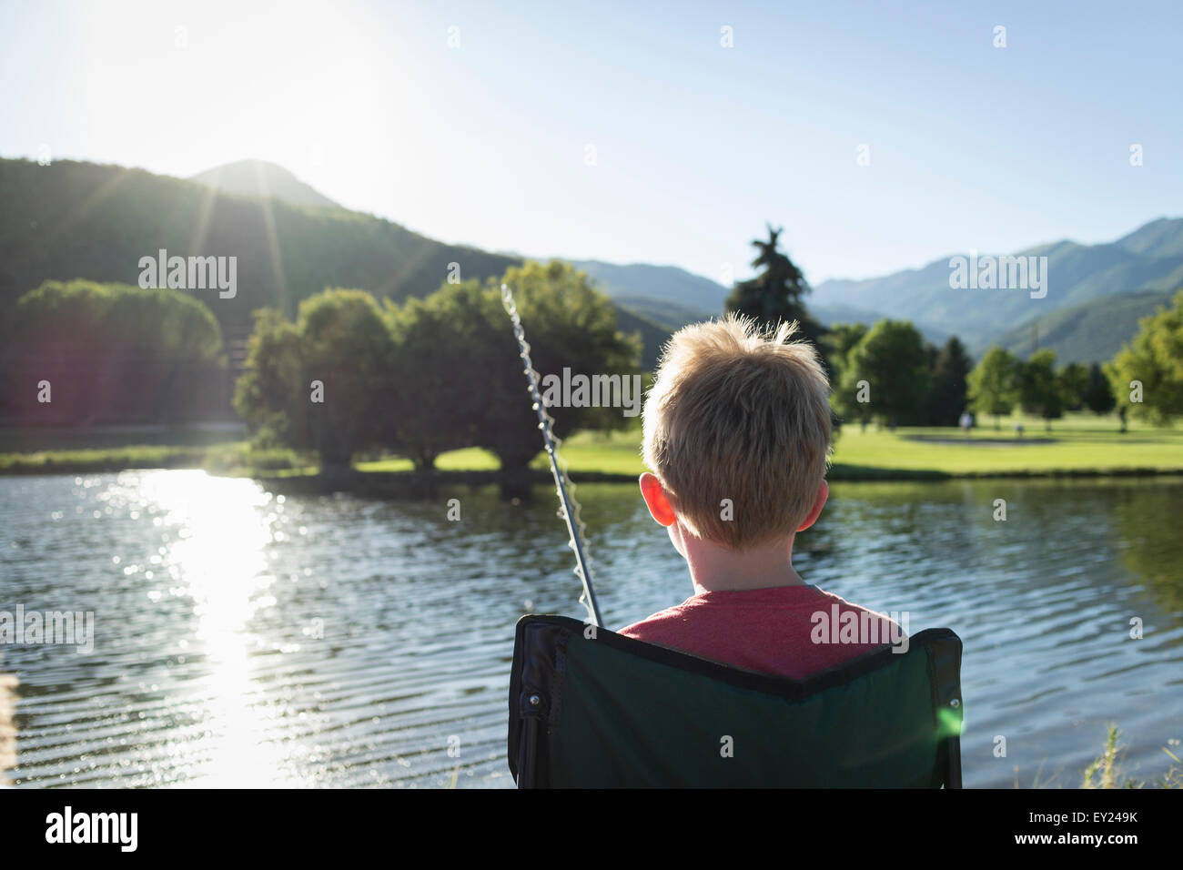 Giovane ragazzo di pesca, vista posteriore, stato di Washington Park, Utah, Stati Uniti d'America Immagini Stock