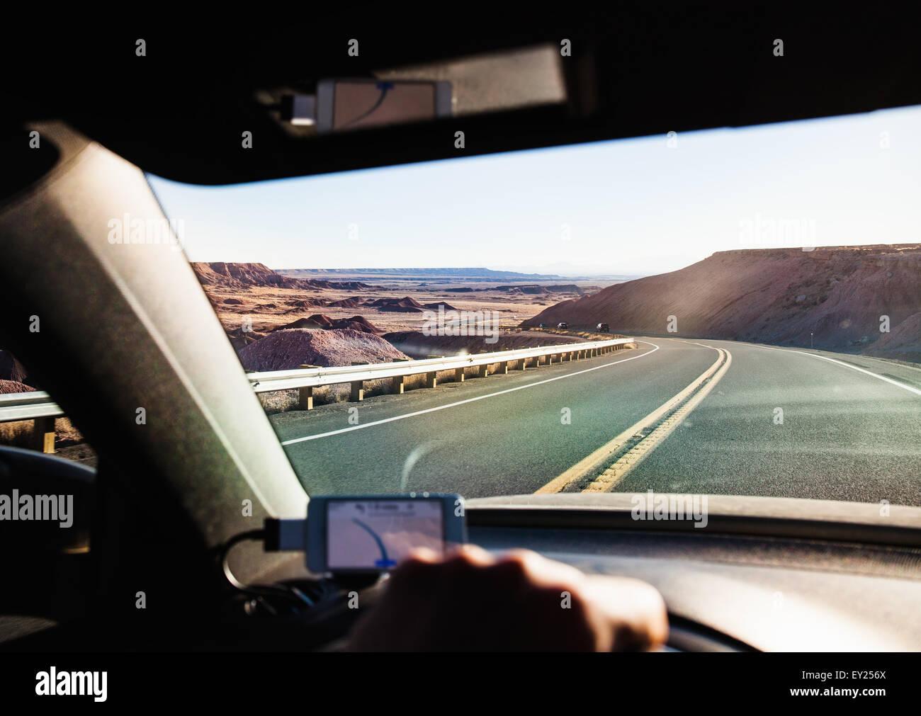 Vista dall'interno di guida auto in Monument Valley, Utah, Stati Uniti d'America Immagini Stock
