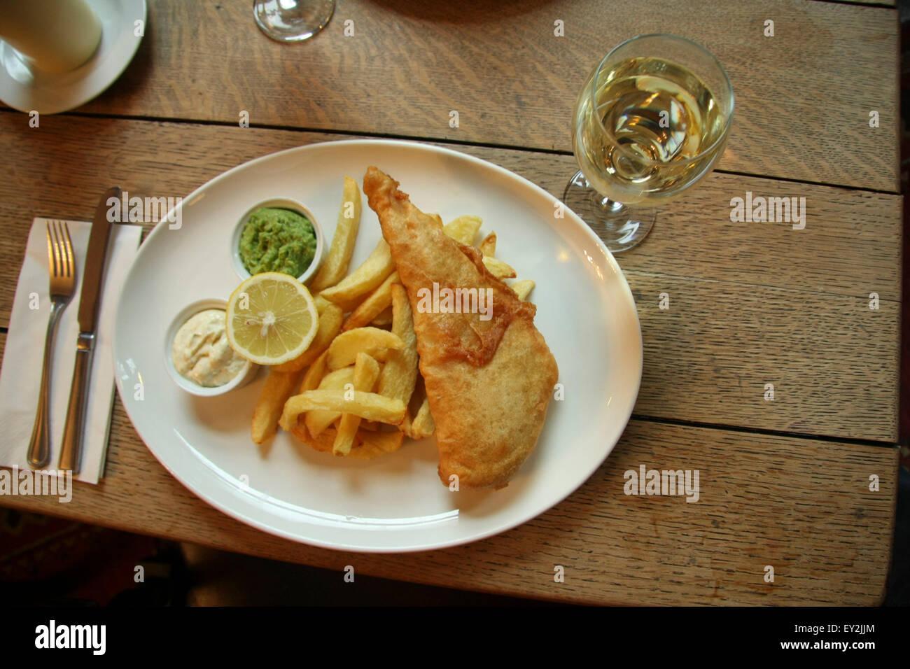 Inglese tradizionale fish & chips con funghi piselli e salsa tartara. Immagini Stock