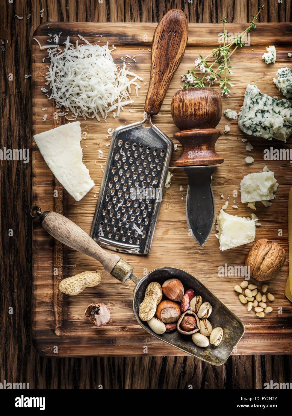 I diversi tipi di formaggi con i dadi e le erbe aromatiche. Vista dall'alto. Immagini Stock