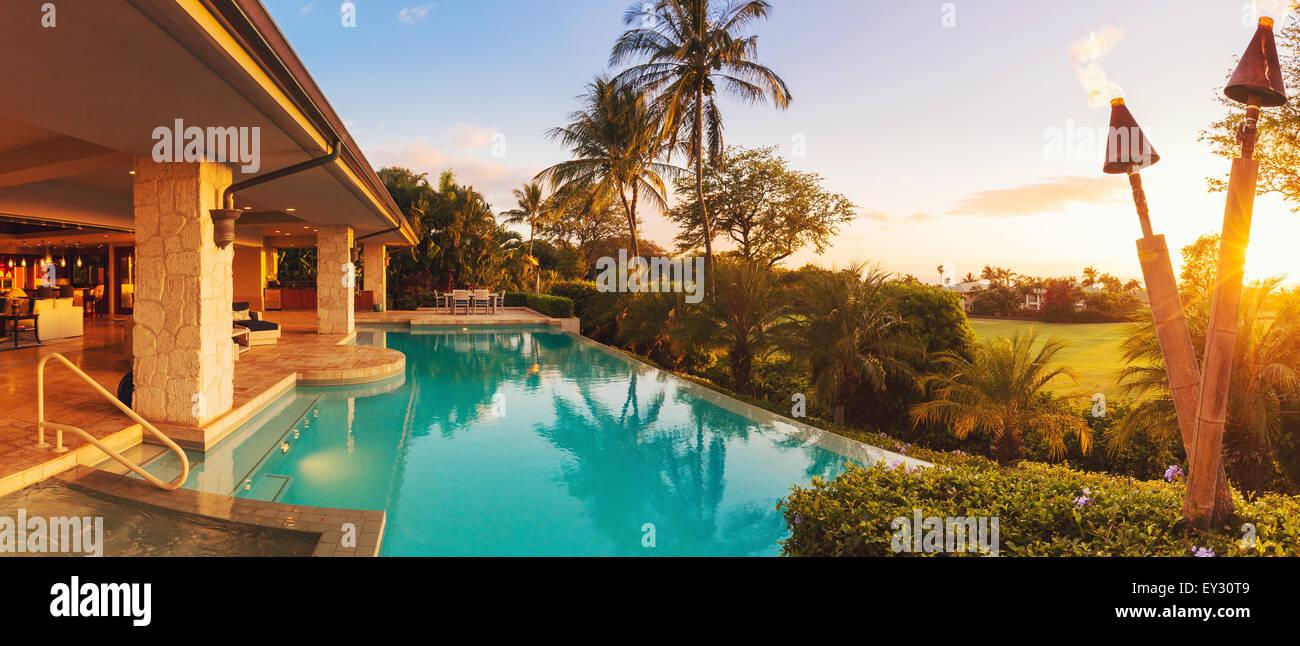 Bella casa di lusso con piscina al tramonto Immagini Stock