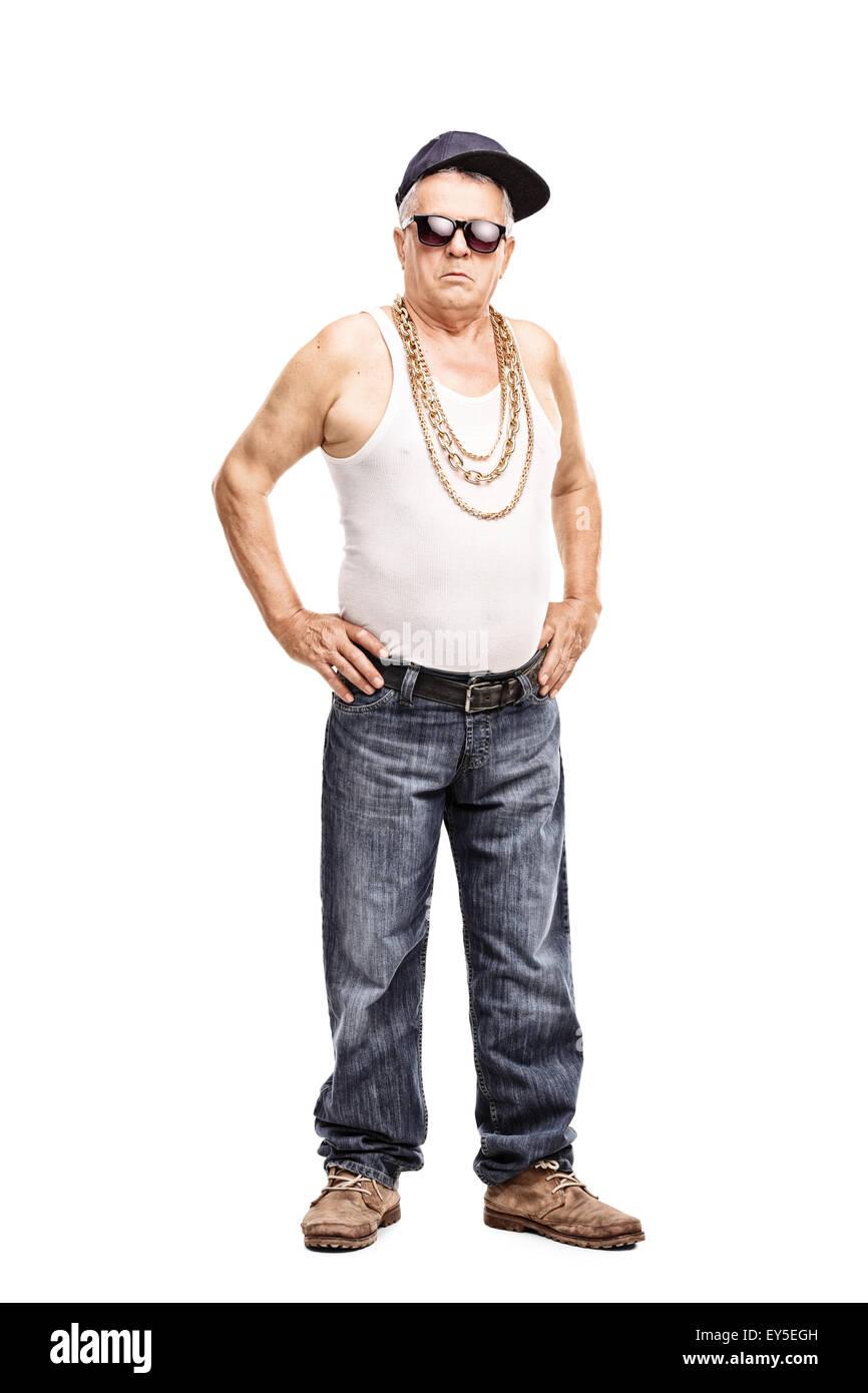 A piena lunghezza Ritratto di un uomo anziano in hip-hop vestiti guardando  la telecamera 1a1e747b3a36