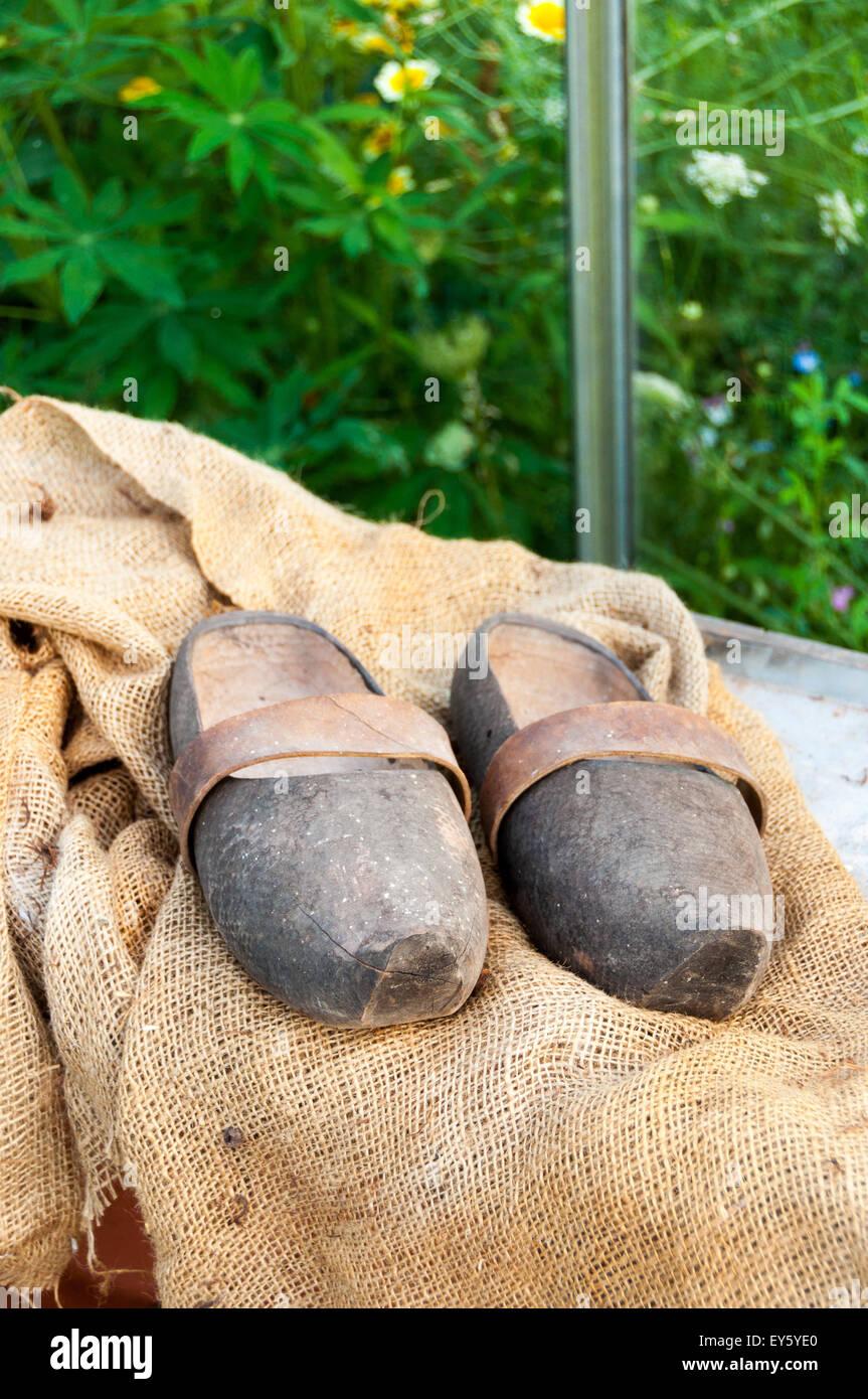 Zoccoli da giardino su hessian Immagini Stock