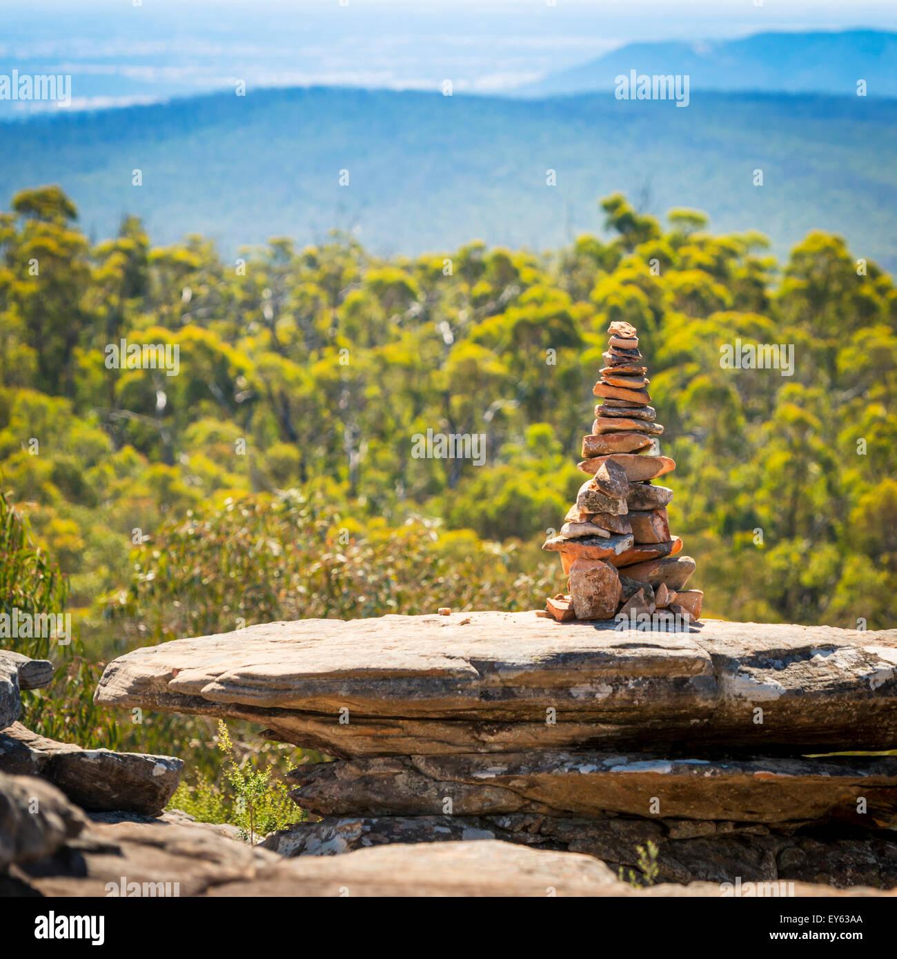 Pila di pietre in perfetto equilibrio Nello shallow focus con sfondo naturale Immagini Stock