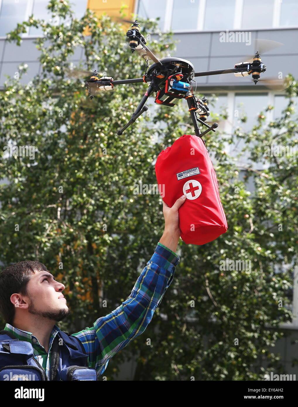 Mosca, Russia. Luglio 22, 2015. Un giovane uomo con un drone (drone aerei) portante un kit di primo soccorso a Kopter Immagini Stock