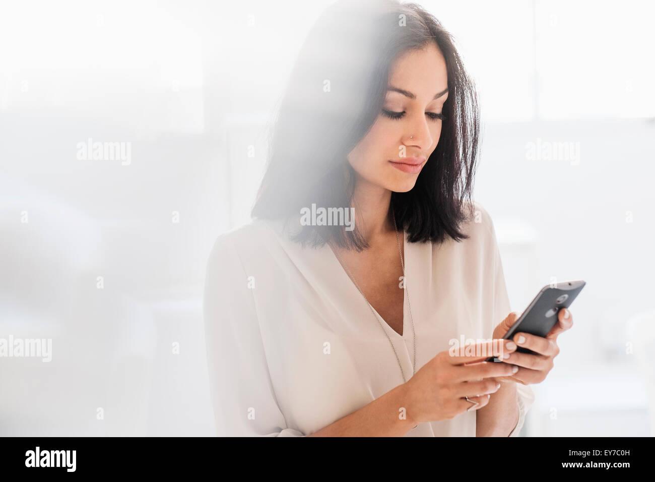 Donna che utilizza smart phone Immagini Stock