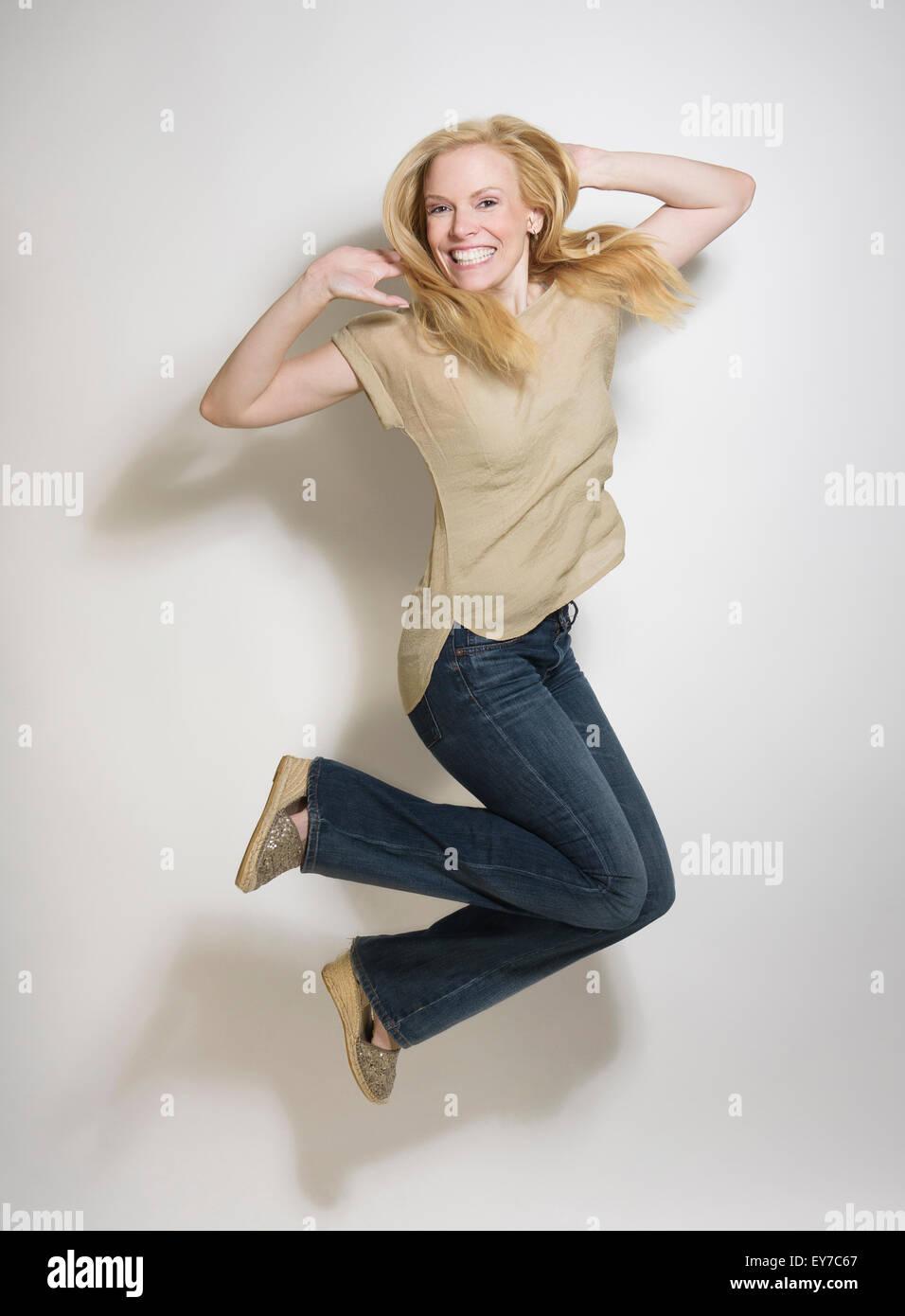 Ritratto di metà donna adulta jumping Immagini Stock