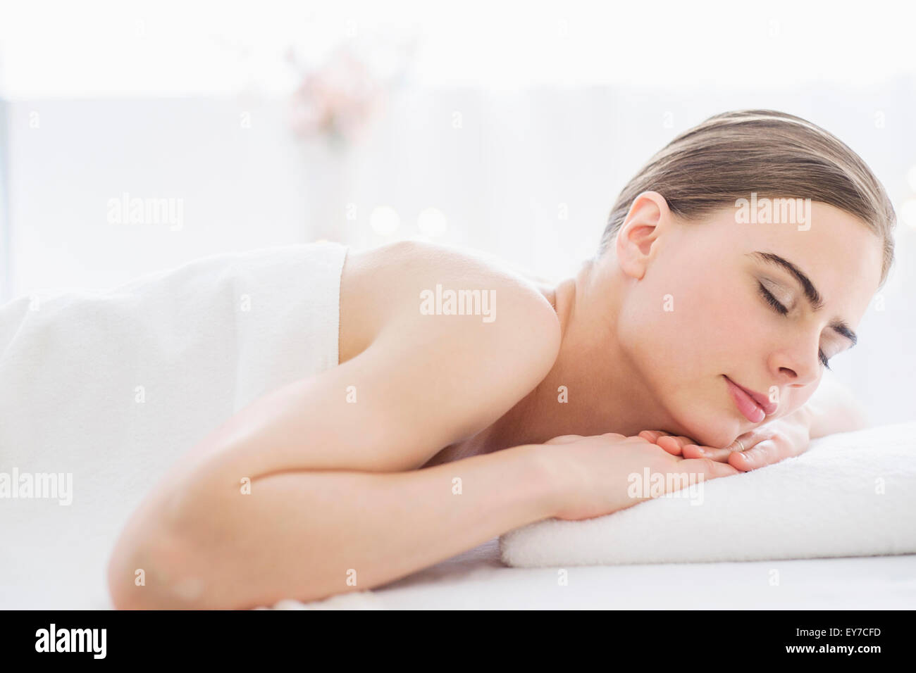 Giovane donna relax nella spa Immagini Stock