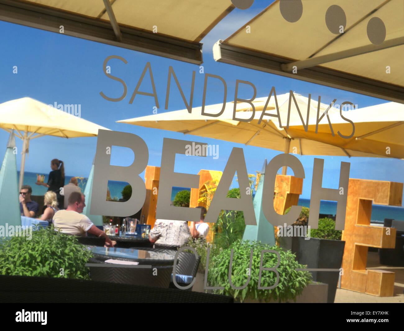 Barene luxury Beach Club con patroni godersi spuntini e drinks serviti proprio da banchi di sabbia spiaggia penisola Immagini Stock