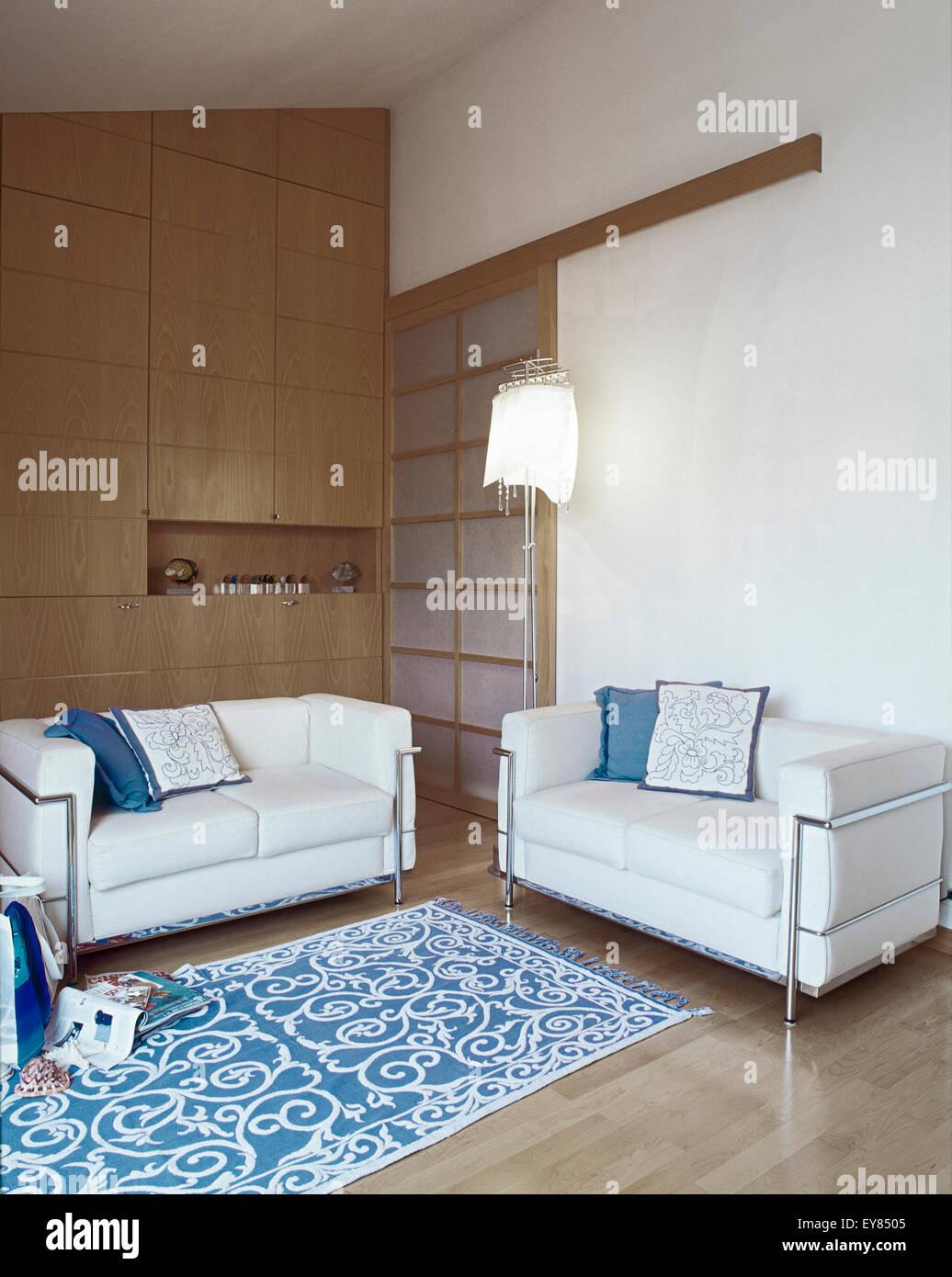 Due divano di pelle nel soggiorno moderno con pavimento in ...