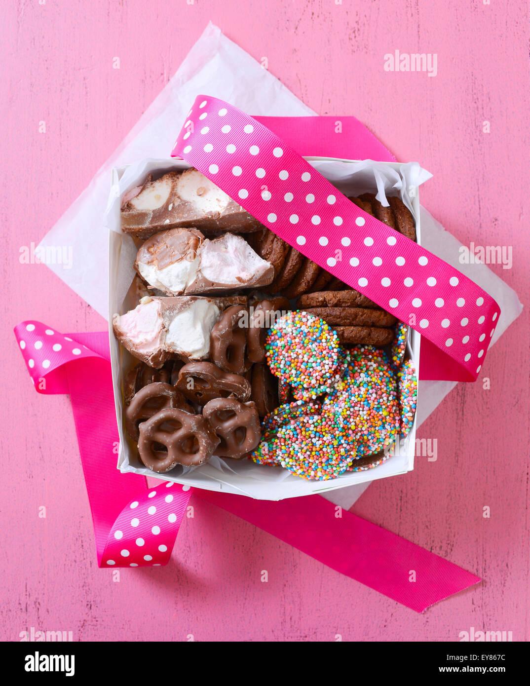 Il cioccolato caramelle e biscotti confezione regalo con ricoperta di cioccolato marshmallows, salatini, caramelle Foto Stock