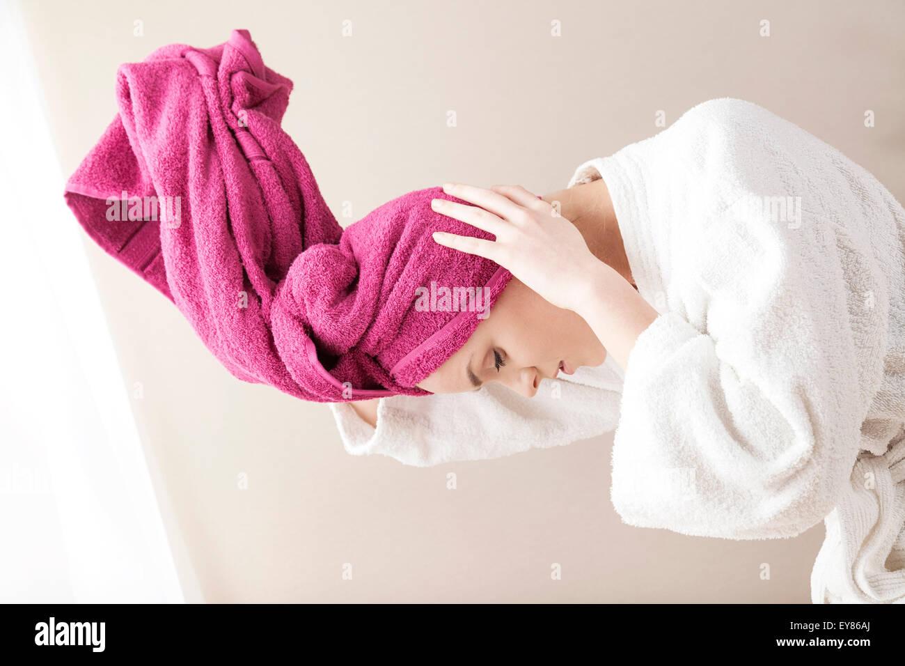 Giovane donna indossa turbante Immagini Stock