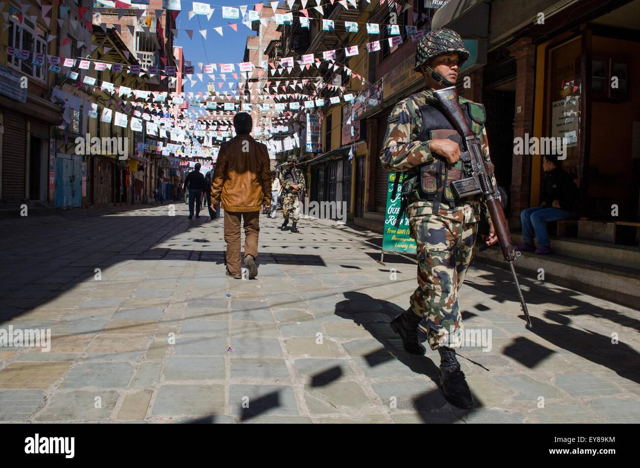 Esercito nepalese pattugliano la strada durante uno sciopero generale o banda Immagini Stock