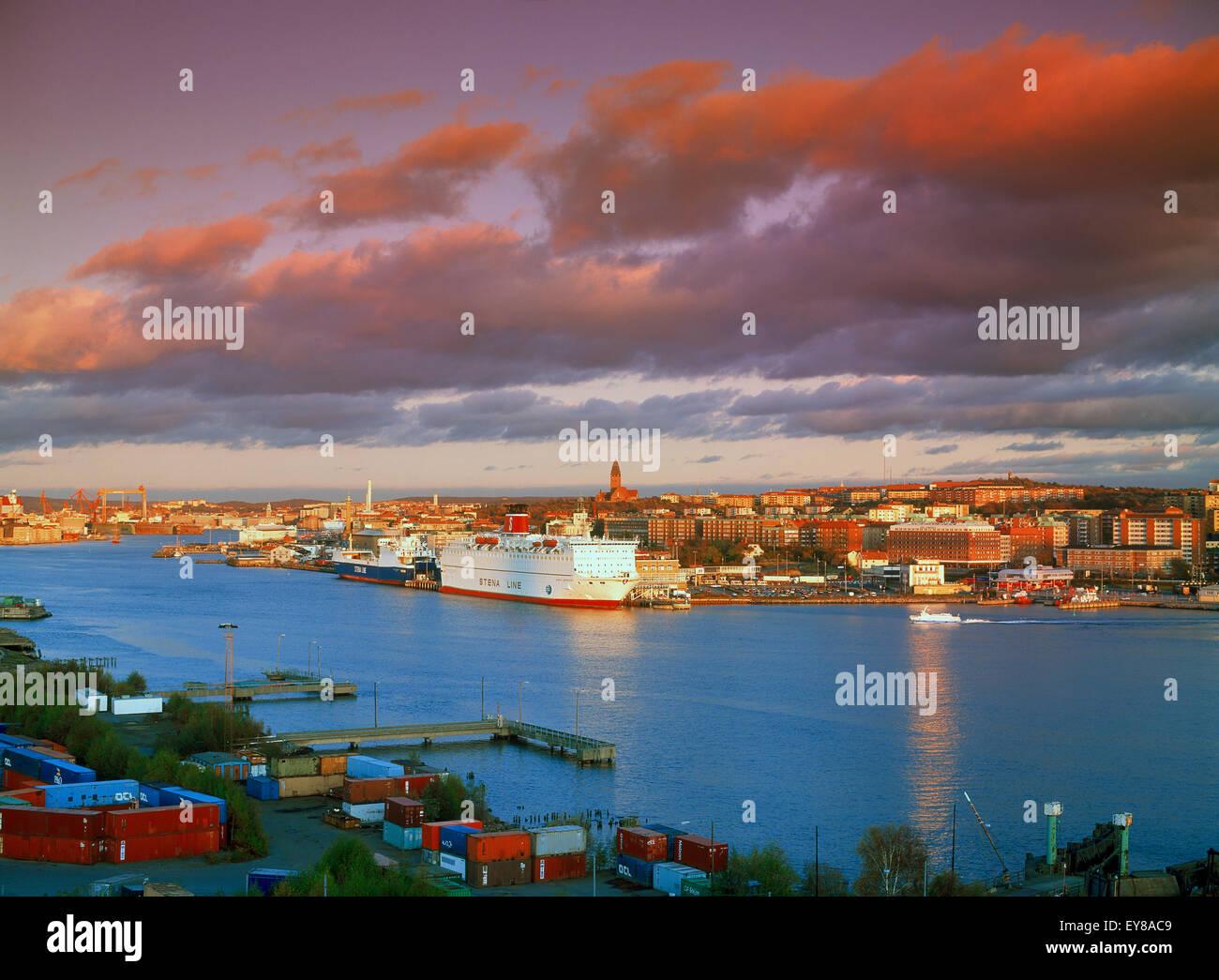 Le navi in porto a Gothhenburg o Goteborg sulla costa occidentale svedese nella luce del tramonto Immagini Stock