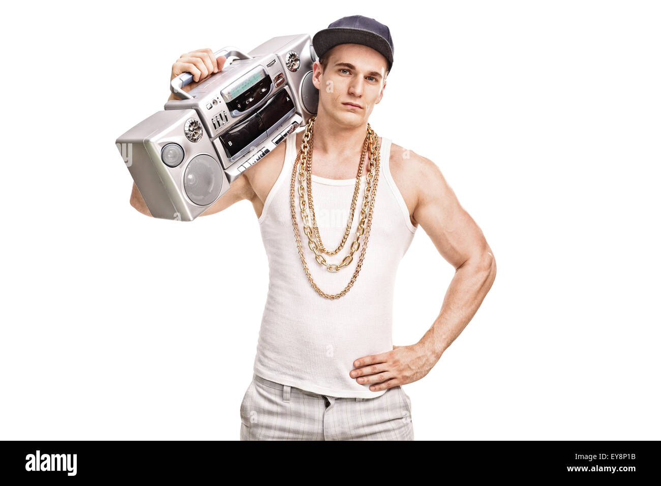Giovane maschio rapper tenendo un ghetto blaster sulla sua spalla e  guardando la telecamera isolata su 0dad907e885b