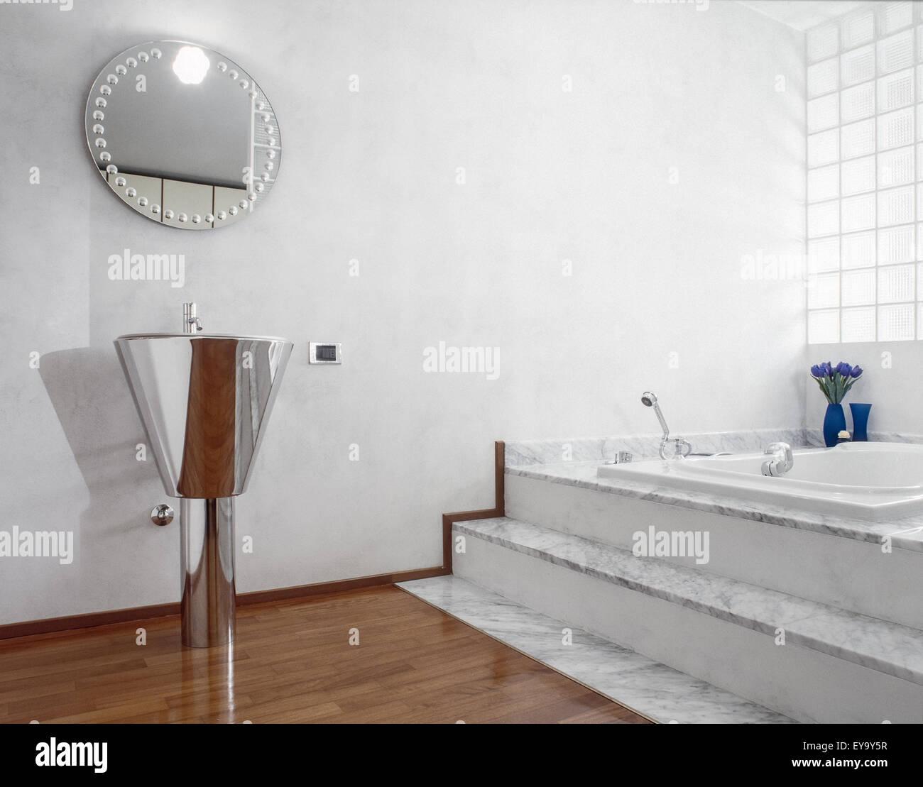 Lavabi In Acciaio Bagno.Vista Interna Del Moderno Bagno Con Lavabo In Acciaio E Pavimento In