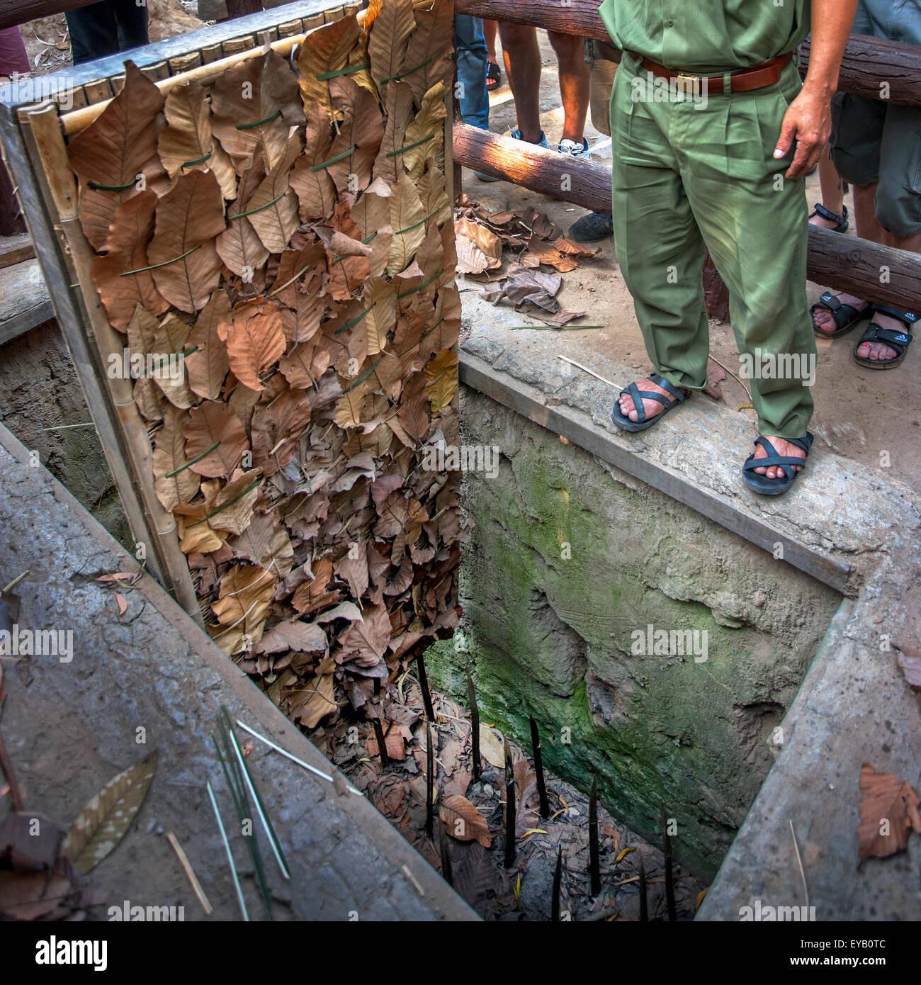 Una tigre trappola a Tunnel di Cu Chi in Vietnam Immagini Stock