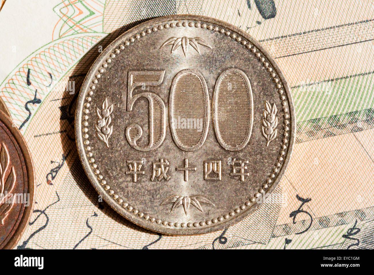 3b21ebf578 500 yen giapponese moneta sulla parte superiore della banconota giapponese  Immagini Stock