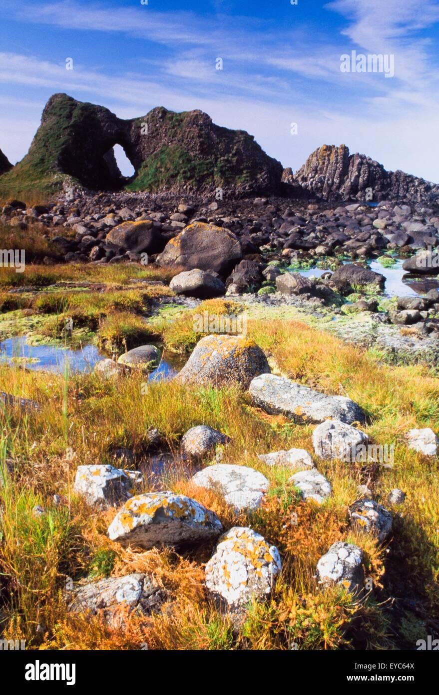 Ballintoy, County Antrim, Irlanda; spiaggia rocciosa Scenic con Cliff Immagini Stock