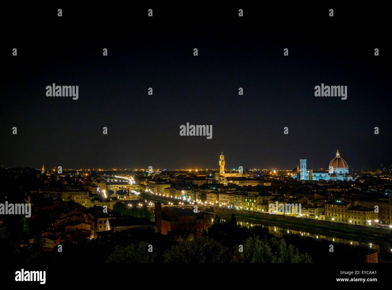 Ponte Vecchio di notte e il fiume Arno. Firenze, Italia. Foto Stock