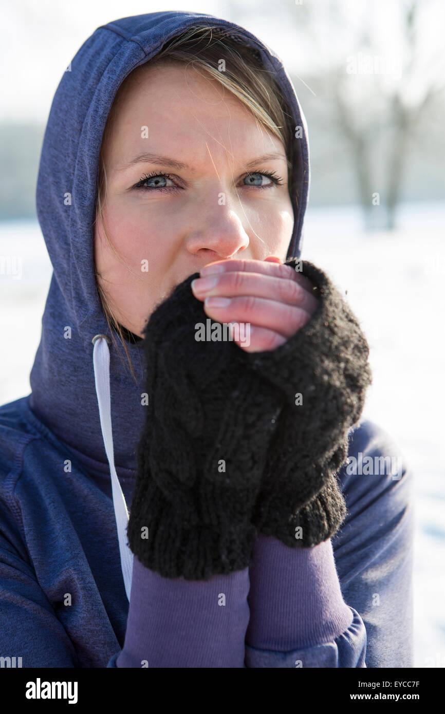 promo code 2292e a8b64 Donna in maglia con cappuccio la sensazione di freddo Foto ...