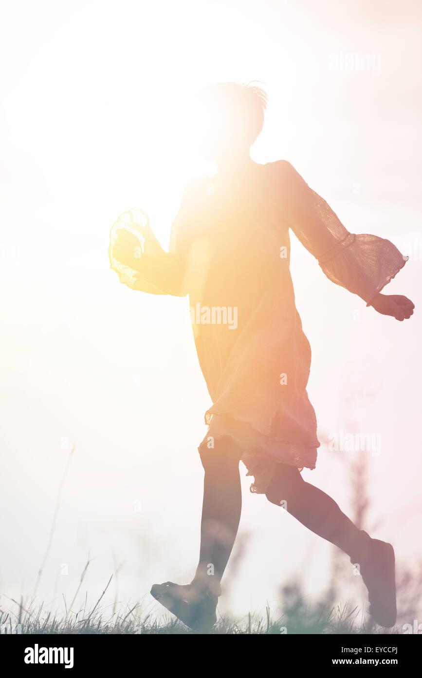 Donna in corsa per la libertà attraverso la campagna Campo, Silhouette di persona di sesso femminile, doppia Immagini Stock