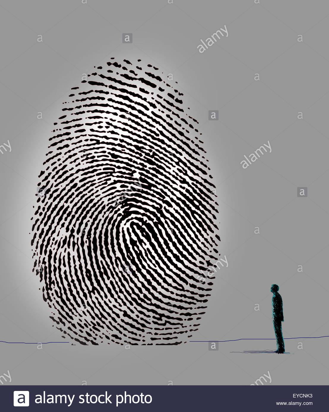 Uomo che guarda verso l'alto a impronte digitali di grandi dimensioni Immagini Stock