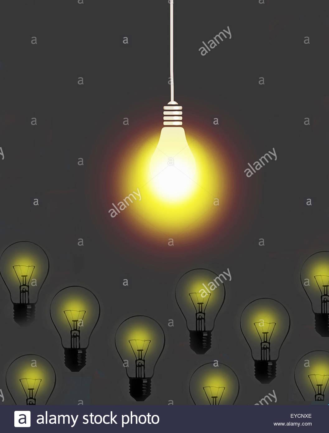 Luce brillante lampadina sopra brillante luce fioca delle lampadine Immagini Stock