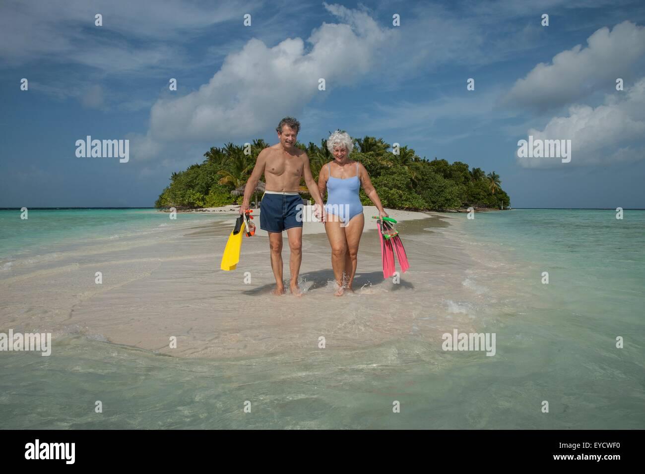 Coppia senior in vacanza, Maldive Immagini Stock