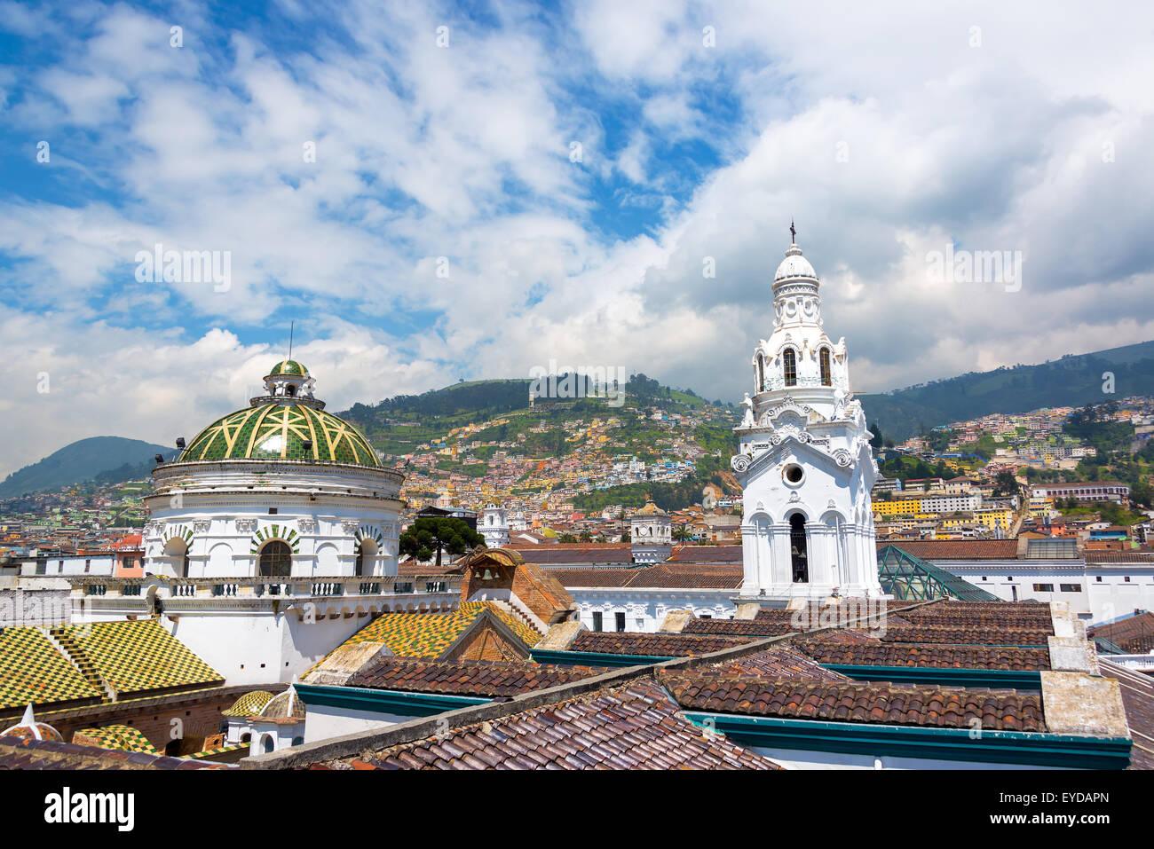 Cattedrale con popolate colline visibile in background nello storico centro coloniale di Quito, Ecuador Immagini Stock