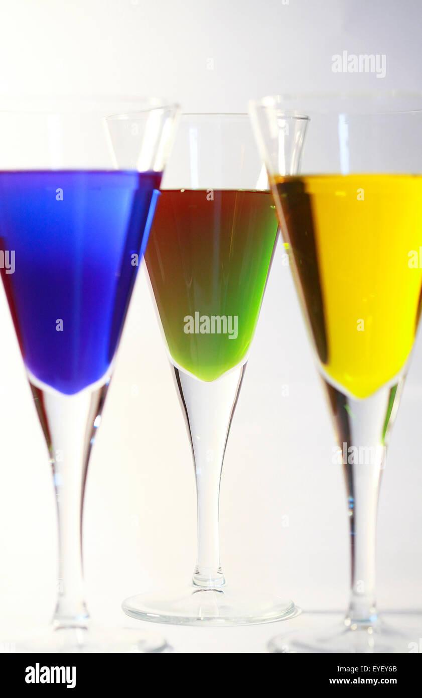 Tre cocktail di colore luminoso alcol contro uno sfondo bianco Immagini Stock