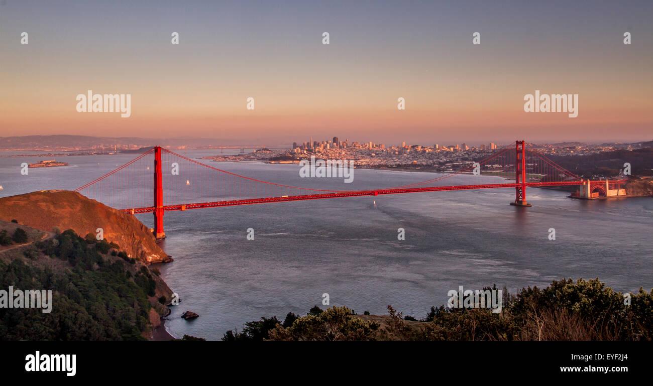 L'iconico Golden Gate Bridge al tramonto dalle Marin Headlands, San Francisco, California, USA Foto Stock
