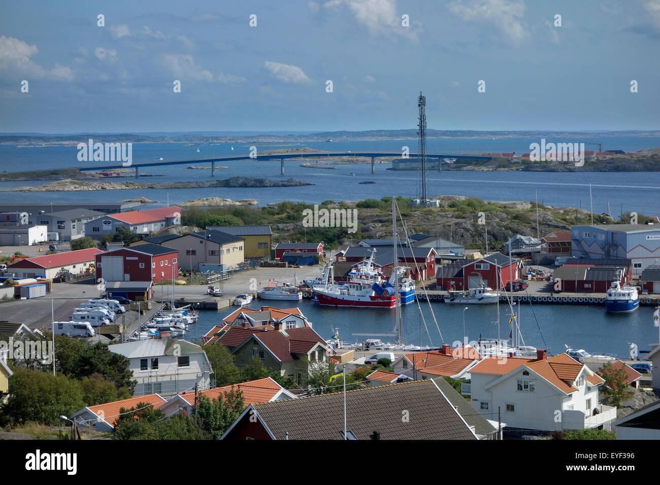 La Svezia, Bohuslan, residenziale cottage sui Hönö isola, Klåva porto di pesca e ponte Fotö Immagini Stock