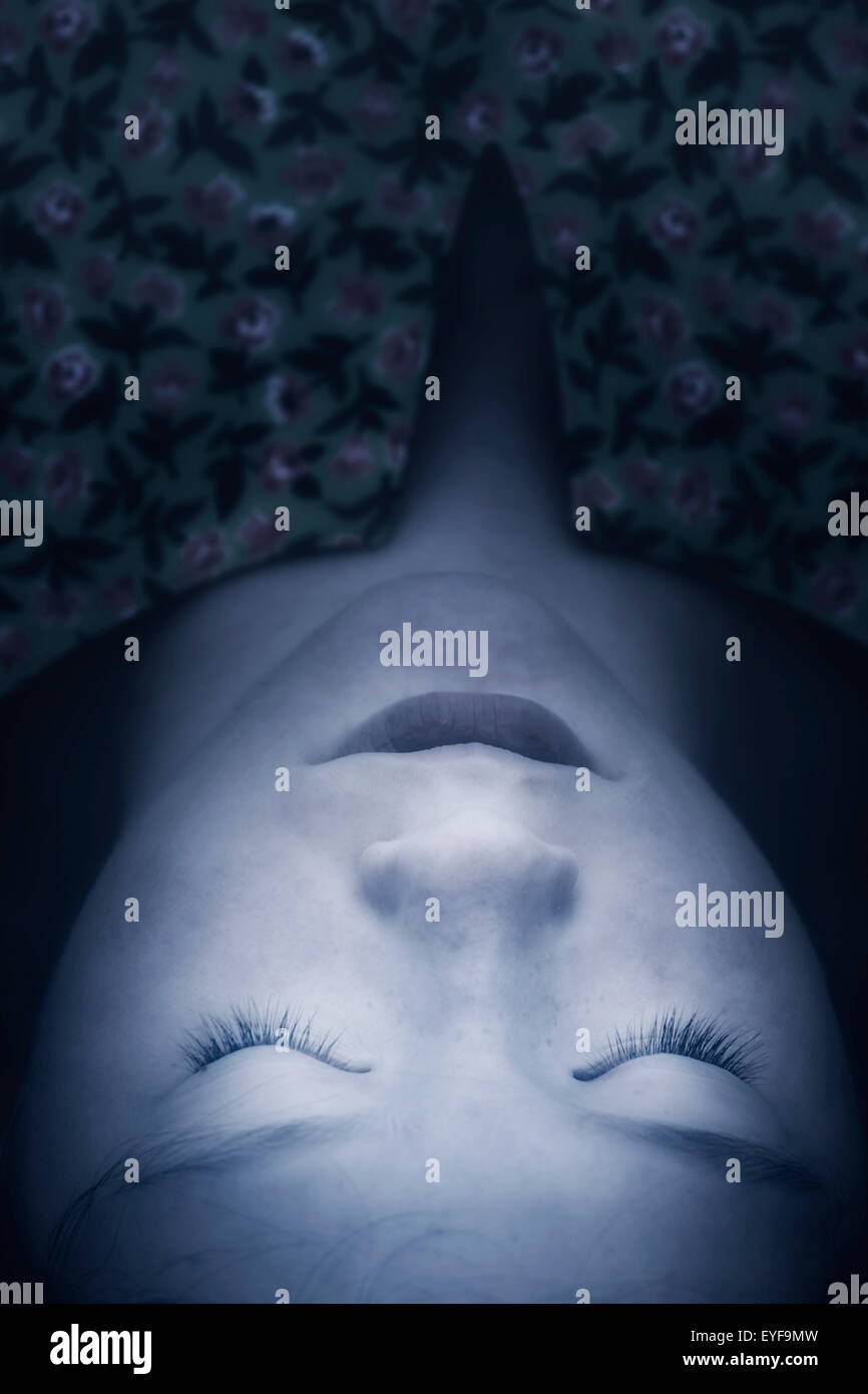 Colpo di testa di una ragazza distesa con gli occhi chiusi Immagini Stock