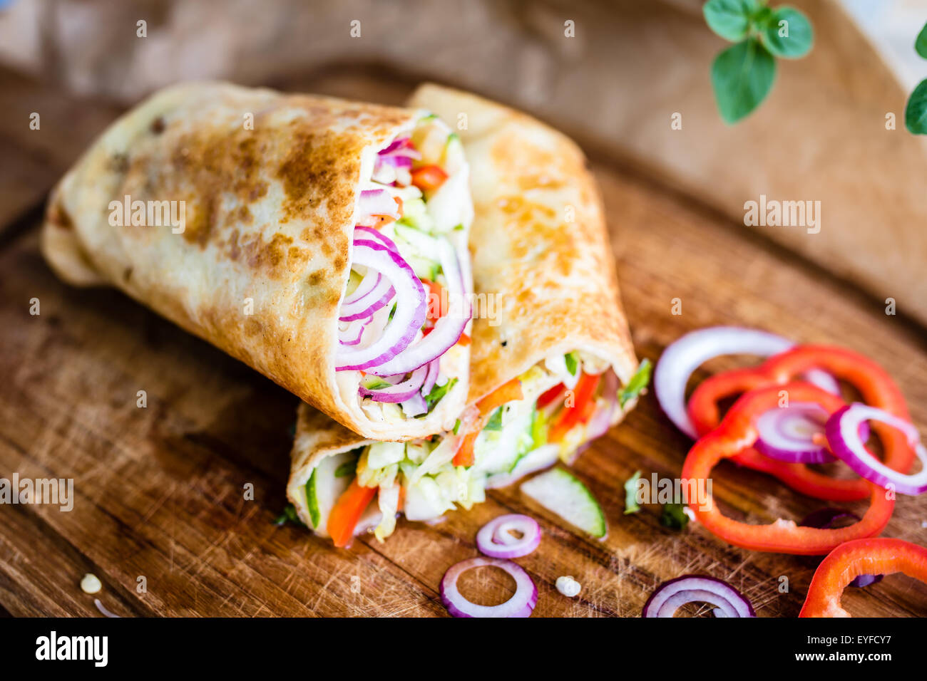 Deliziosi piatti vegan wrap riempito con verdure fresche. Messa a fuoco selettiva Immagini Stock
