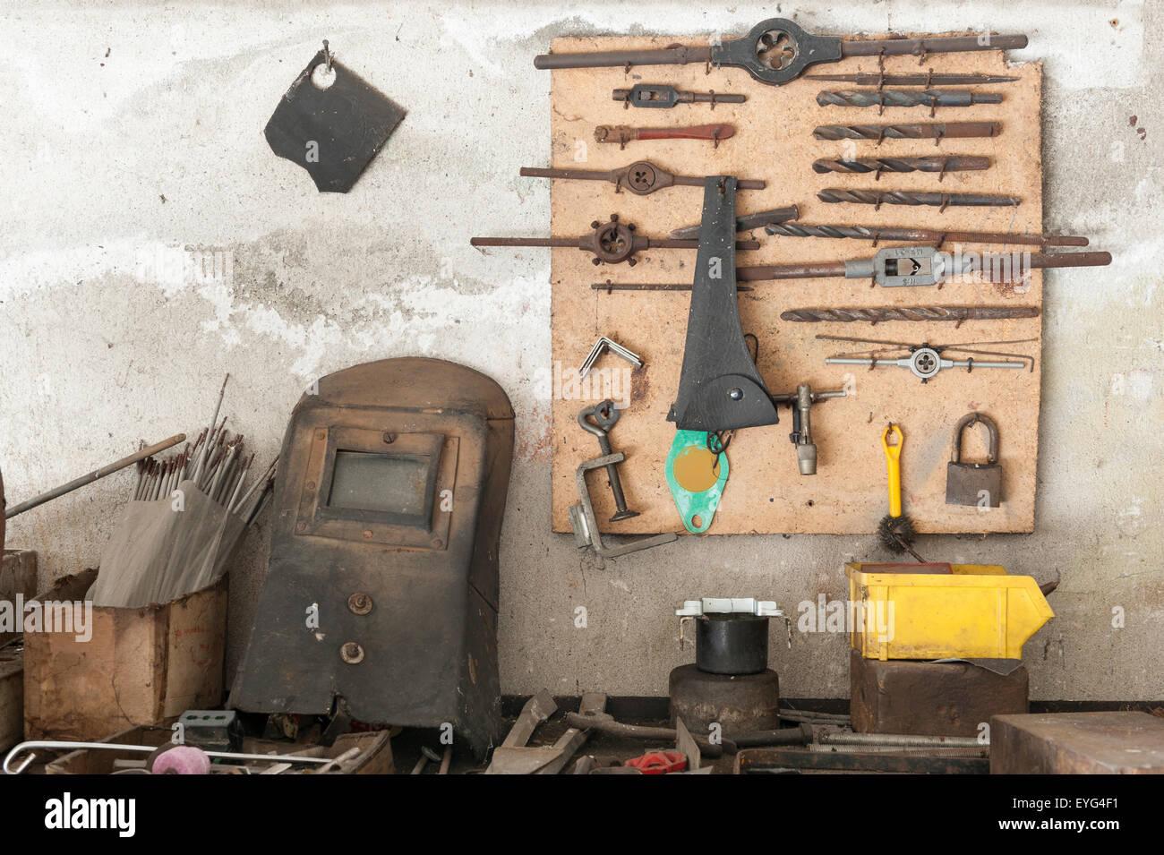 Tavoli Da Lavoro Vecchi : Vecchio banco da lavoro con i vecchi strumenti di lavoro appeso alla