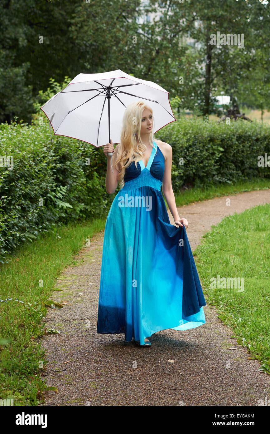 Bella in ragazza blu bionda ombrello passeggiate vestito bianco con Xzzfwxqr