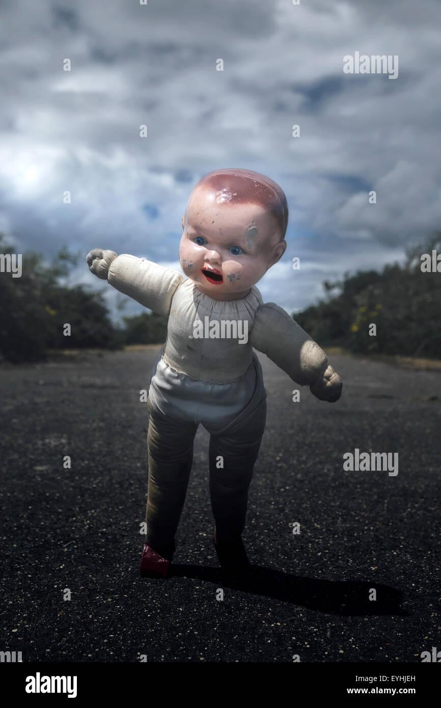 Un danneggiato bambola vintage, solo circa a cadere Immagini Stock