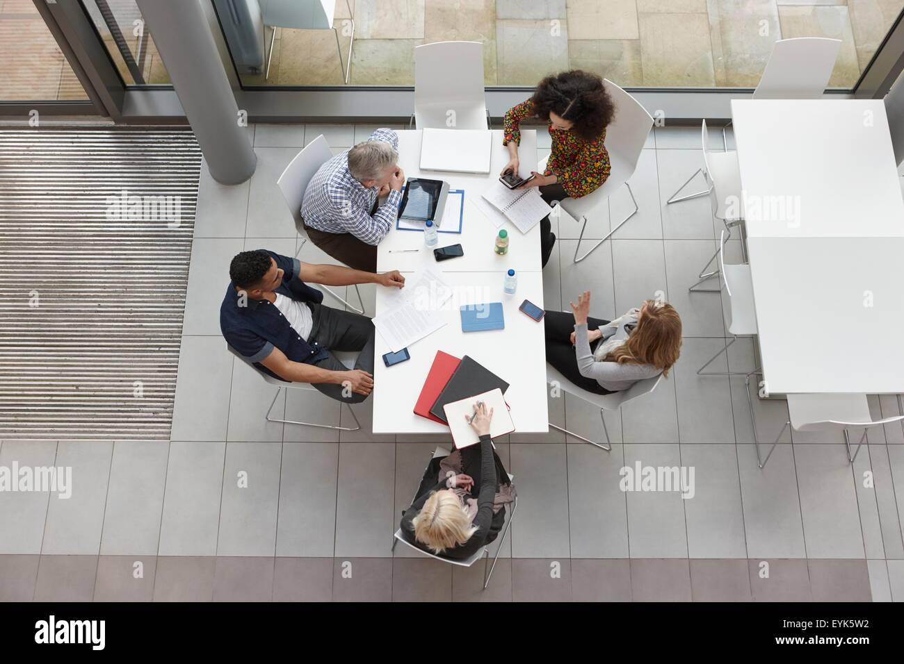 Vista aerea del team aziendale avente incontro al tavolo da conferenza Foto Stock