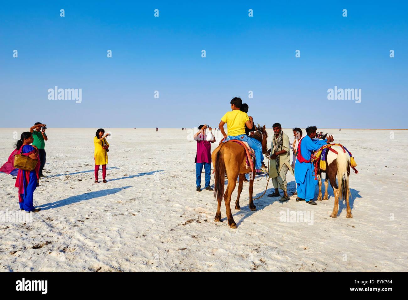 India, Gujarat, Kutch, Rann di Kutch, locale turist visitando il deserto di sale Immagini Stock
