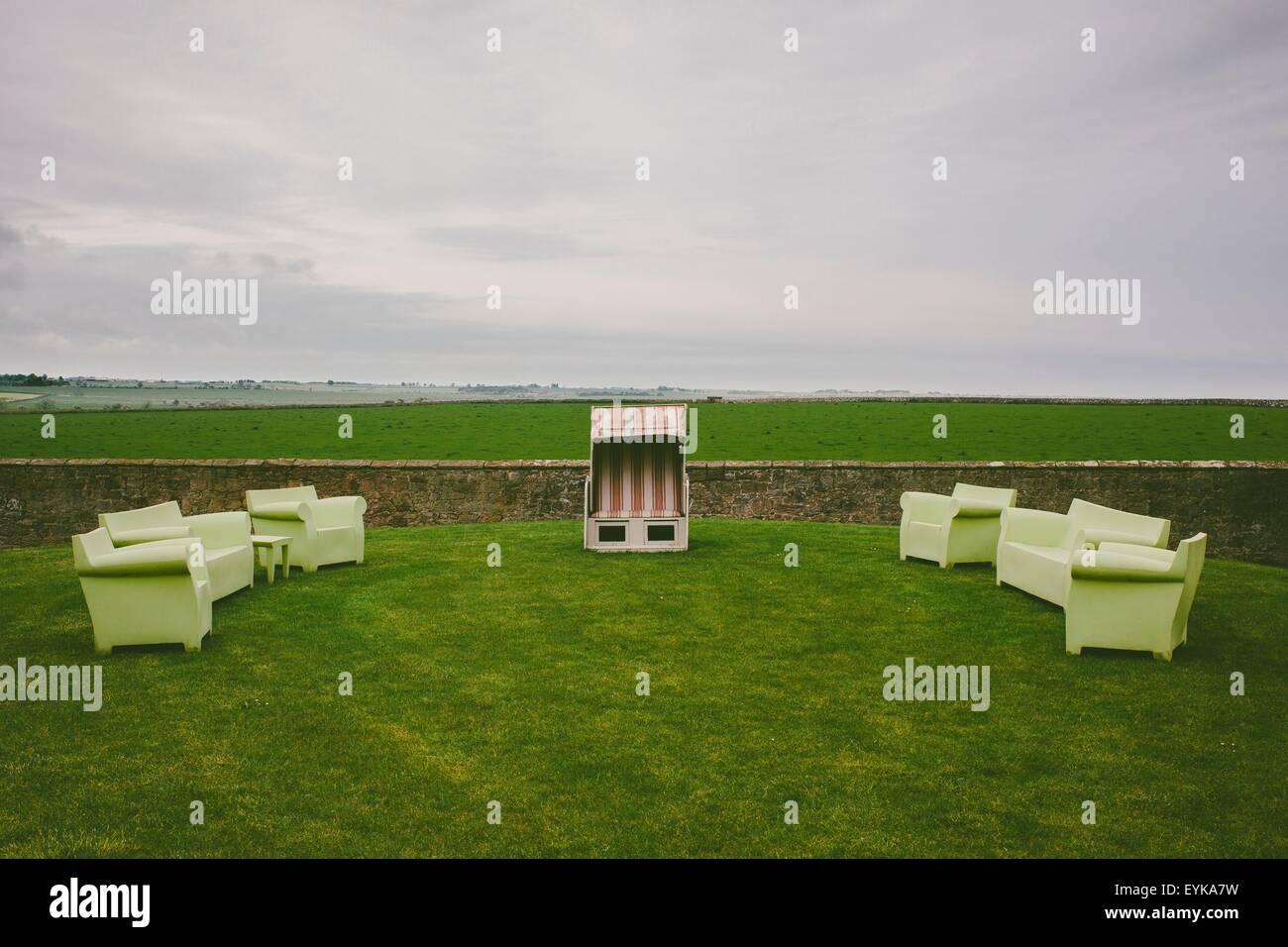 Sofa On Lawn Immagini & Sofa On Lawn Fotos Stock - Alamy