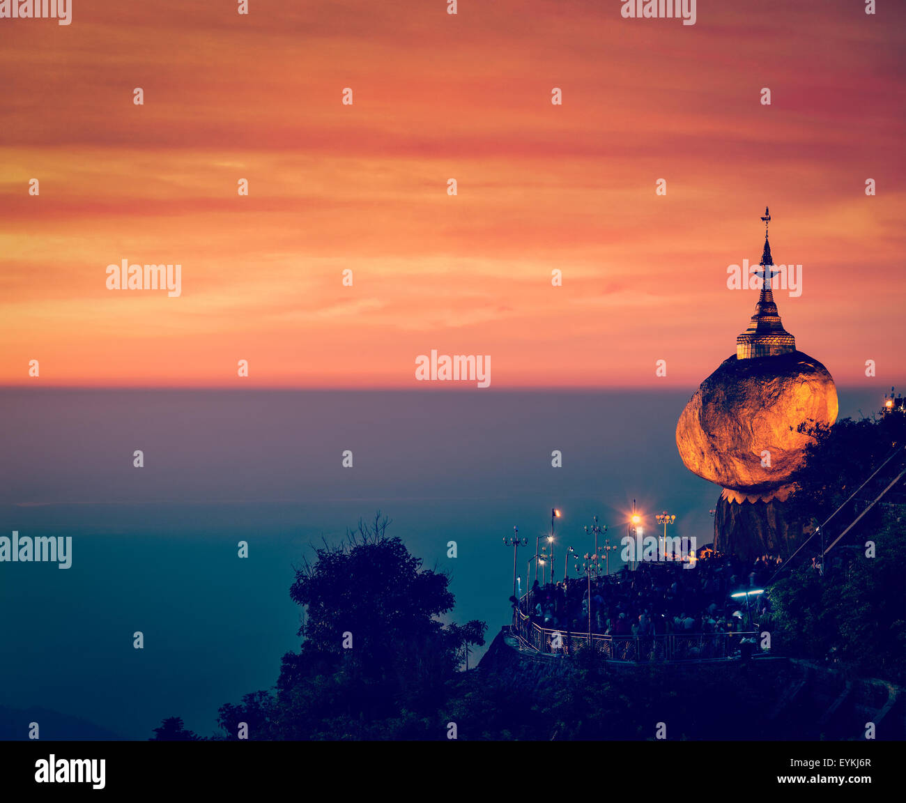 58422f12a2b0 Vintage effetto retrò filtrata hipster style immagine del Golden Rock -  Kyaiktiyo Pagoda - famoso Myanmar